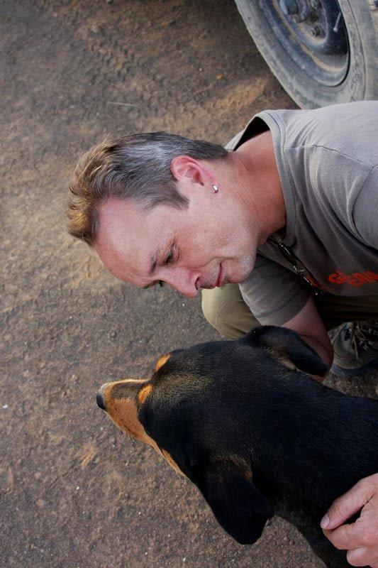 Garas, Heinz schmust mit dem Camphund