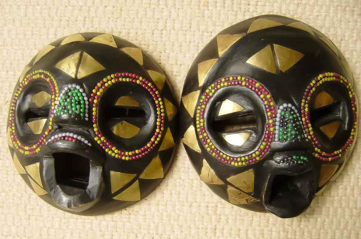 Kleine afrikanische Masken als Dekoelemente für die Buch-Stützen