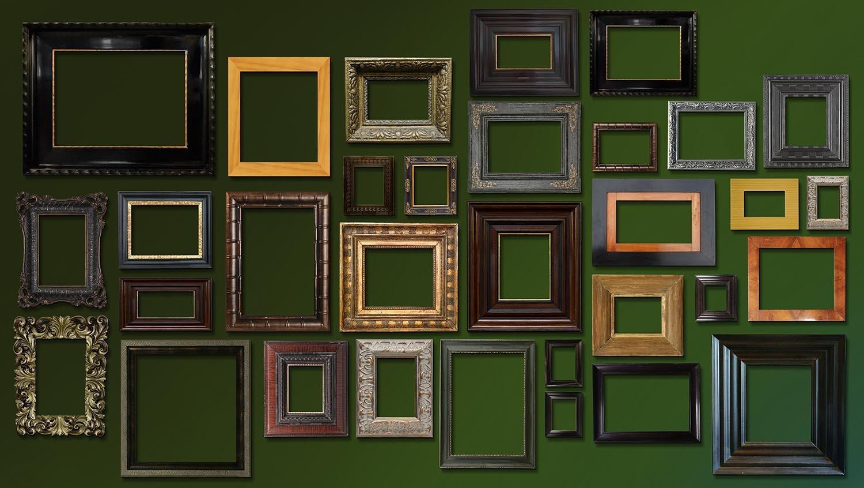 Eine Wand voller Bilder unterstützt den kolonialen Charakter; Bilderwand; Antike Rahmen sind auch ohne Inhalt schön