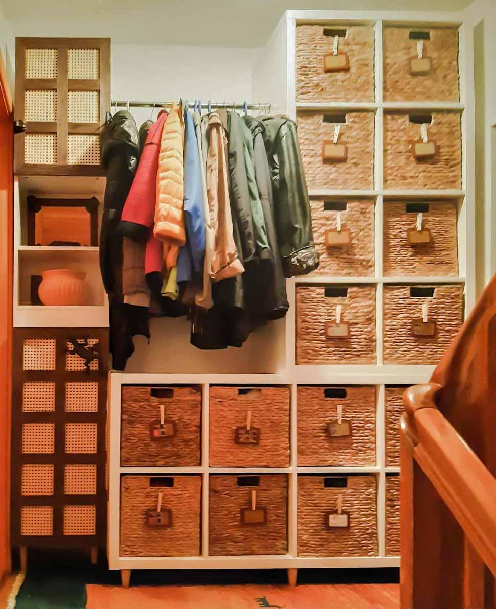 Flurgarderobe, Ikea-Hack, Kallax, Kolonialstil, Türgriffe aus Gartendeko-Gusseisen-Tieren, Regaltüren mit Wiener Geflecht