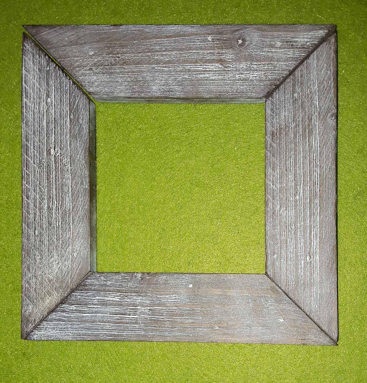 Rahmen aus Kiefernleisten, auf alt getrimmt mit Essig-Stahlwolle-Beize und Kaolin