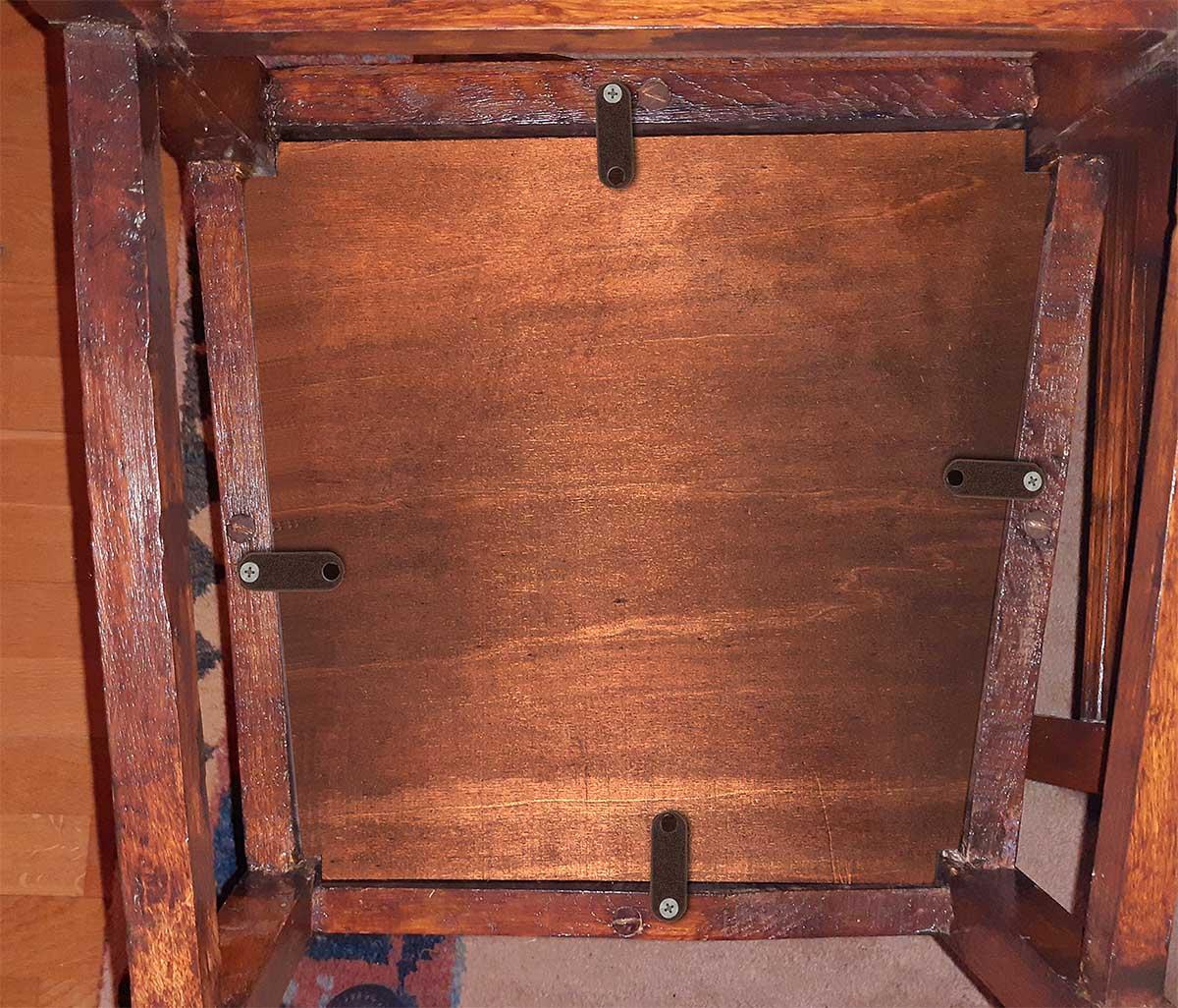 Jugenstilstuhl, Abdeckplatte unter Sitz, damit er auch von unten ordentlich aussieht