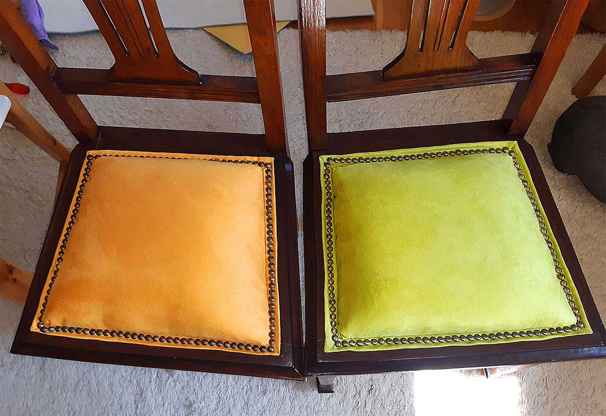Zwei neu gepolsterte Jugendstilstühle , Alcantara maisgelb und pistaziengrün