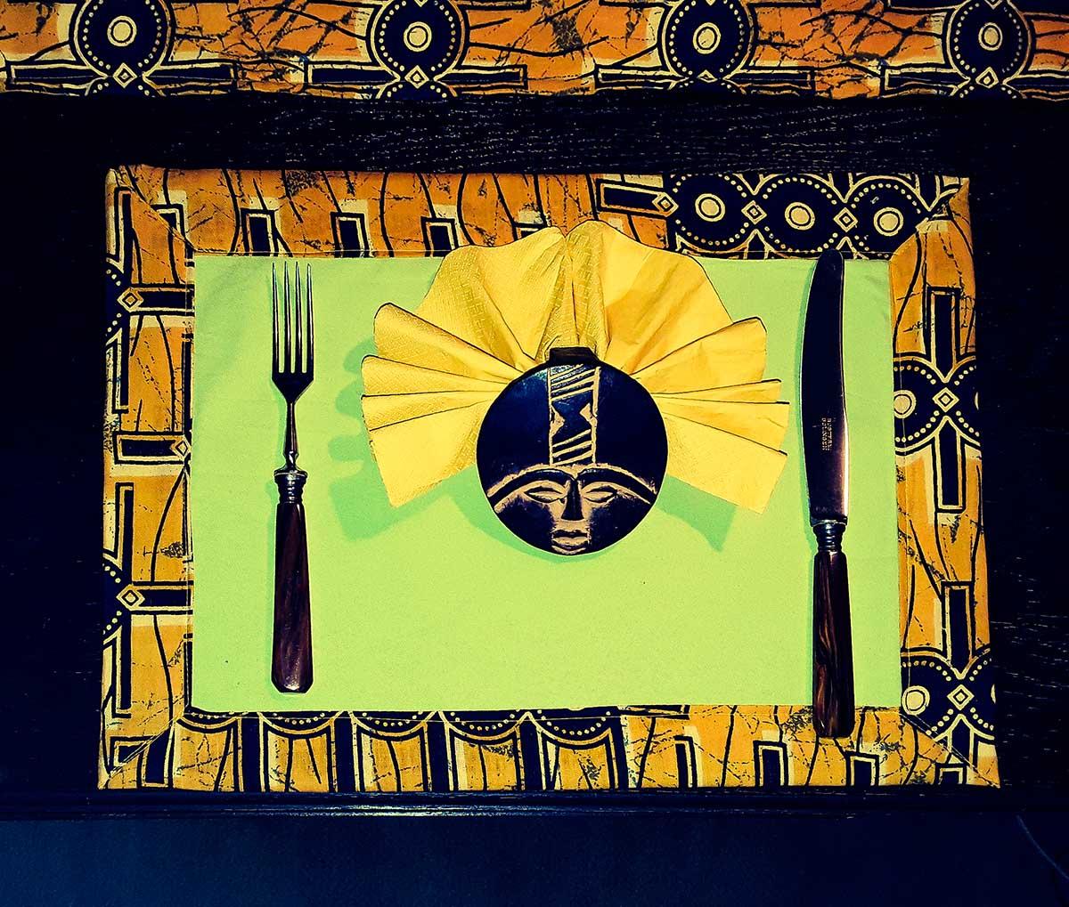 Tischset aus Kitengestoff, zweifarbige Seite mit Papierserviette im Ashanti-Ring
