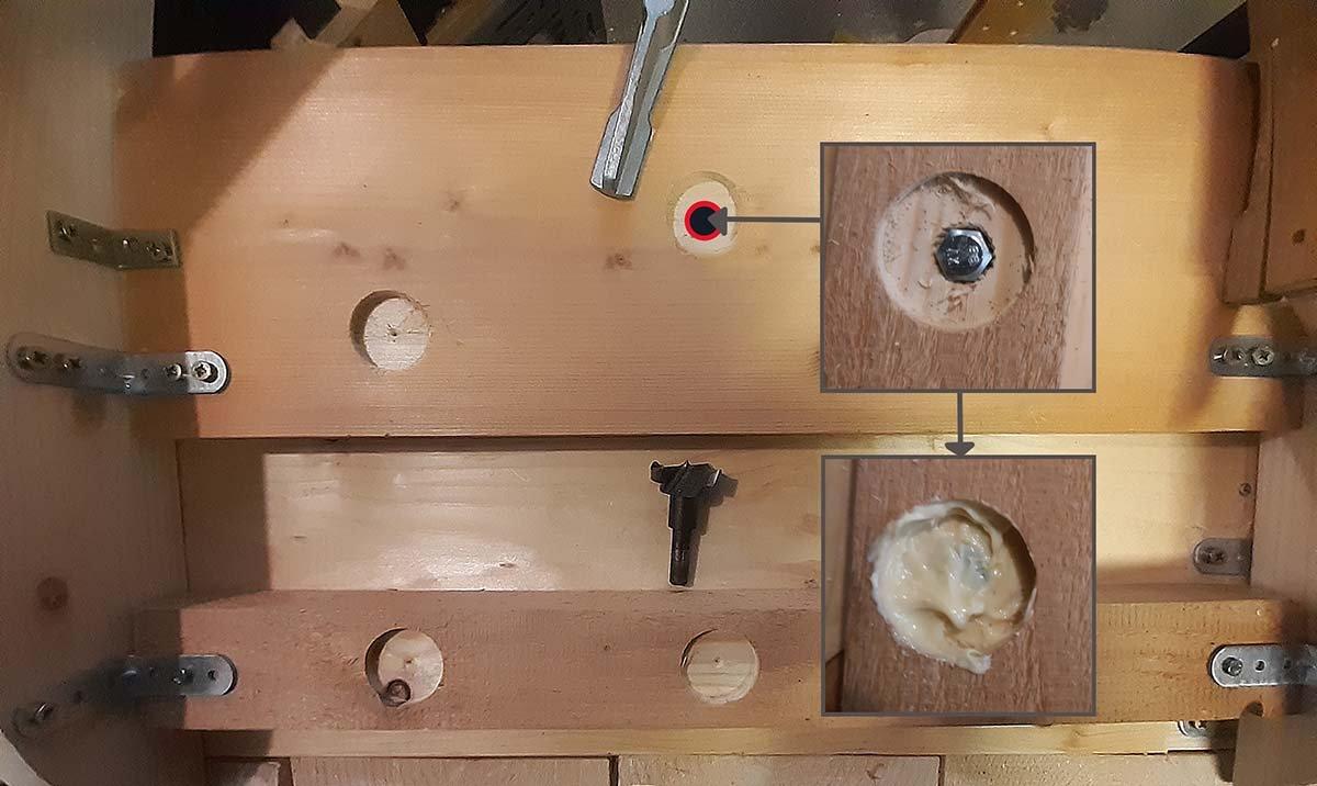 Corner Chaise, Forstner-Löcher für Gewindeschrauben