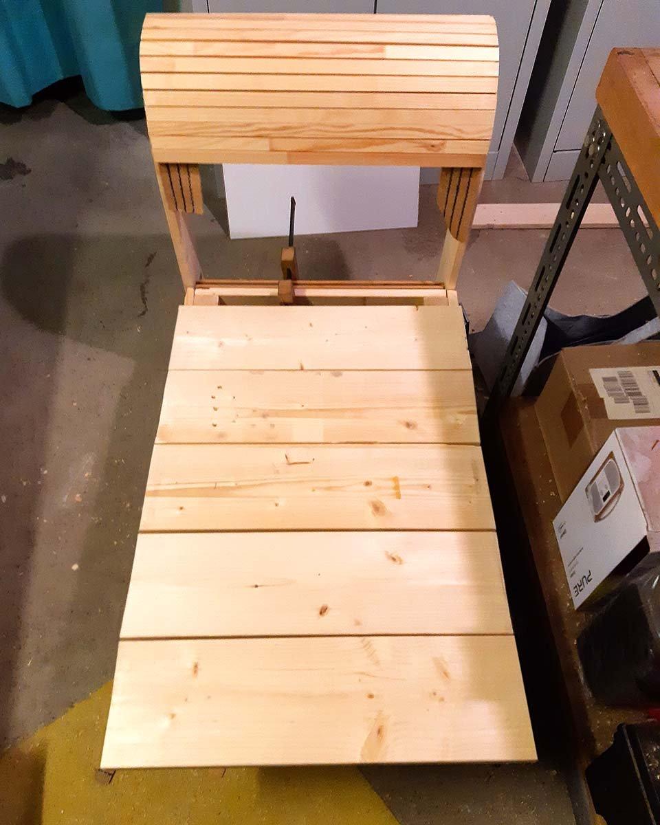 Upcycling - die Cornerchaise nimmt Formen an. Eine erste Ahnung, wie die Lehne wird ...