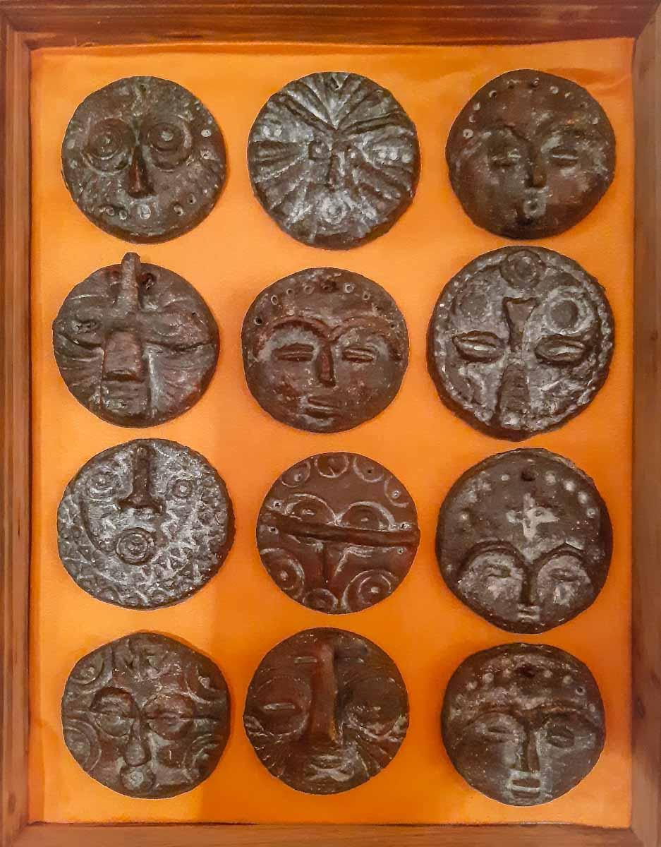 12 afrikanische Masken aus Salteig, gefasst in einem 3D-Holzrahmen