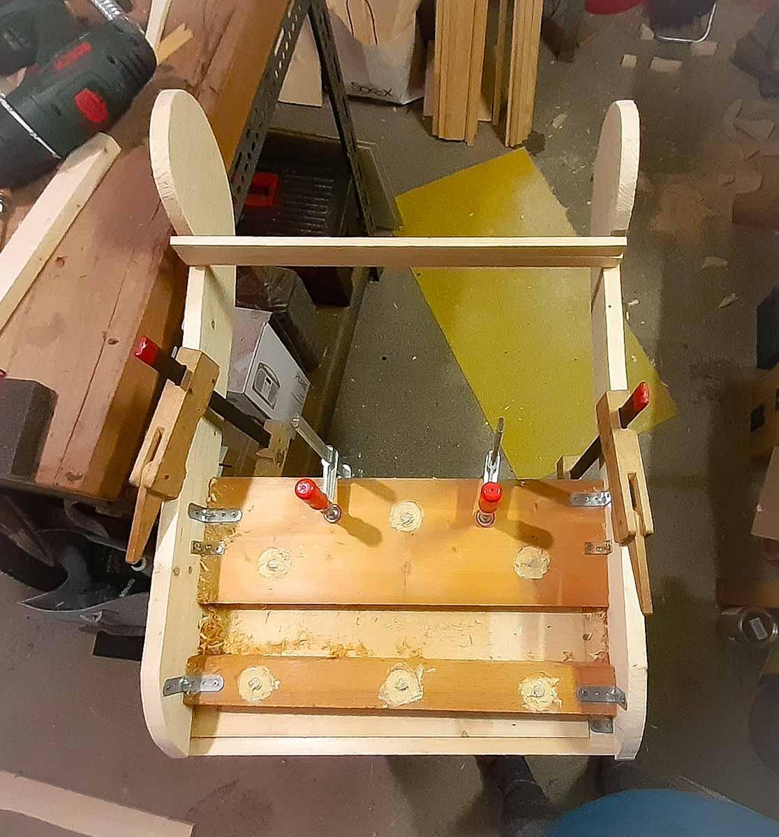 Upcycling - Grundmontage des neuen Lehnengerüsts. Lange Gewindebolzen wurden mit Epoxidharz verklebt.