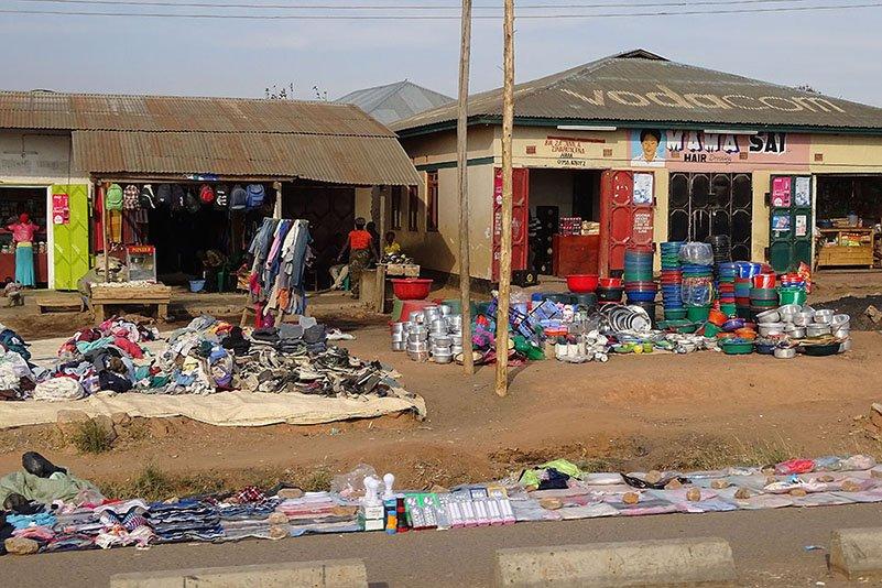 Ein Geschäft nach dem anderen säumt die Straße