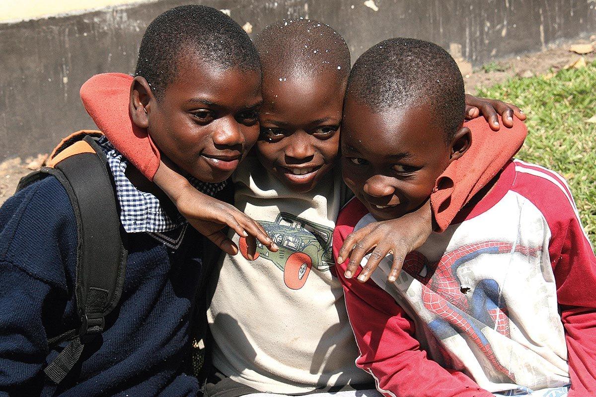 Lusaka, Jungs vor der Botschaft