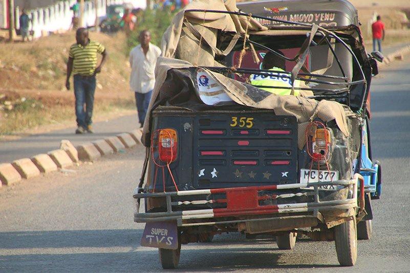 Polizist in nicht ganz TÜV-konformem Fahrzeug